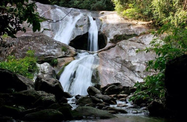 Uma das cachoeiras visitadas na trilha da Cachoeira das 7 Quedas, em Aldeia Velha. Foto: entaopartiu.blogspot.com.br