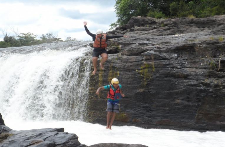 Pausa no rafting para saltar da Cachoeira do Fumo, em Taboquinhas, Bahia. Altura de 4 a 5 metros.