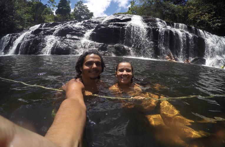 A gente se refrescando na cachoeira do Tijuípe.
