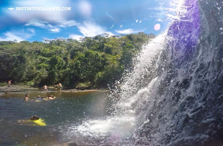 Na cachoeira, cordas auxiliam as pessoas no deslocamento e mantém o lugar seguro, além das bóias de emergência e a presença de um guarda-vidas.