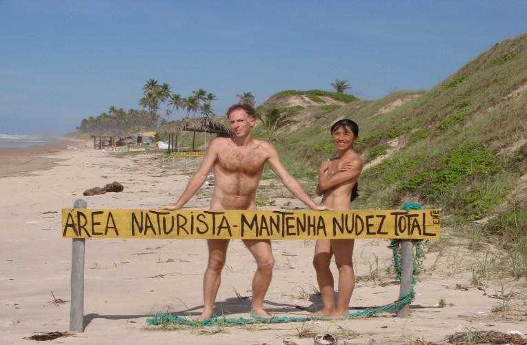 Praia de naturismo brasileira com placa delimitando a área onde o nudismo é obrigatório. Foto: catracalivre.com.br