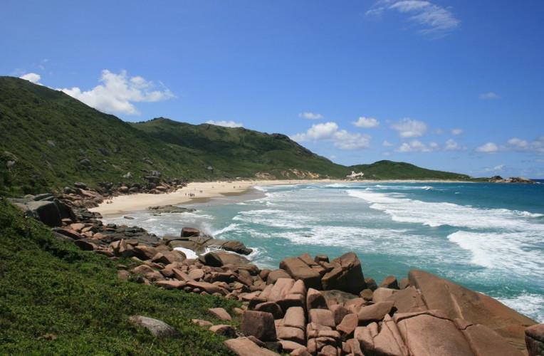 Praia da Galheta (ou Calheta), a praia de nudismo de Florianópolis. Foto: obaratodefloripa.com.br.