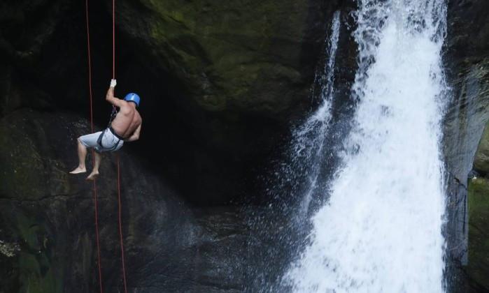 Rapel na Cachoeira das Andorinhas, em Aldeia Velha, RJ. Foto: Felipe Hanower.
