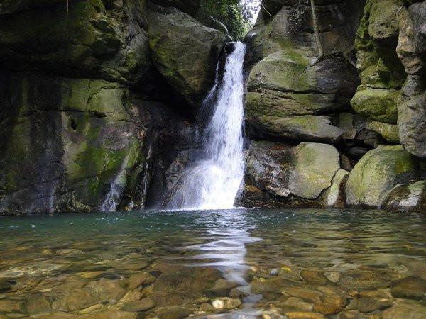 Cachoeira das Andorinhas, em Aldeia Velha, Silva Jardim - a principal queda d'água do vilarejo. Foto: gmgroup.travel