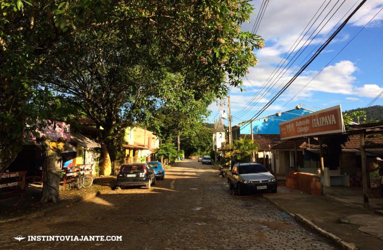 Rua principal, no centro de Aldeia Velha-RJ.