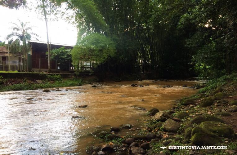 Rio marrom, cor de lama, principal indicativo de possibilidade de uma tromba d'água a qualquer momento - afaste-se do rio.