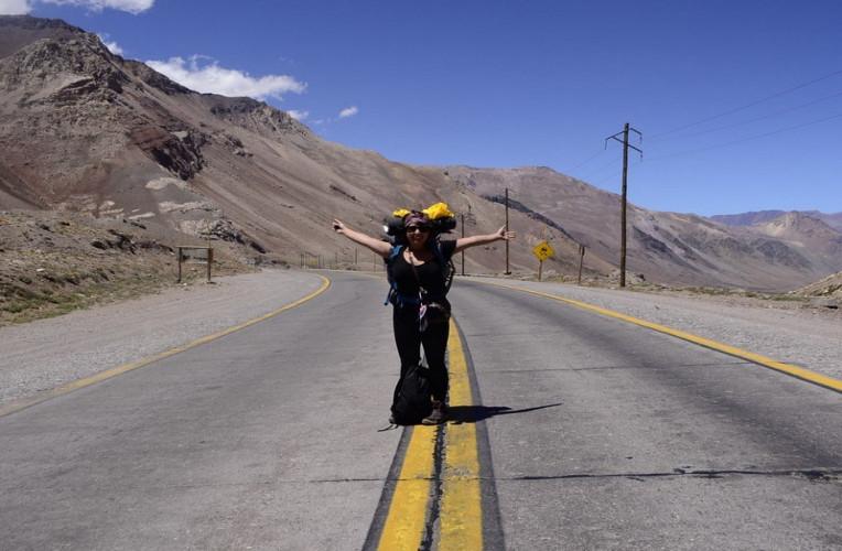 Nathaly mochilando sozinha e de carona pela América do Sul