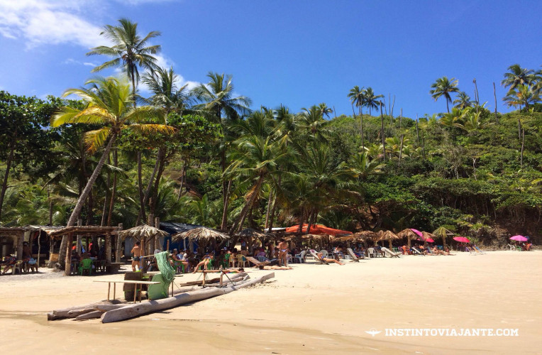 Barraquinhas que vendem comes e bebes em Havaizinho - estrutura um pouco melhor do que a da praia da Engenhoca.