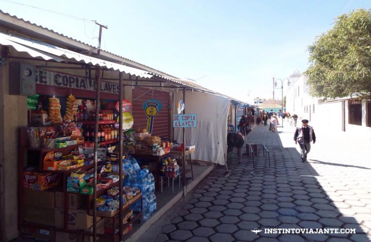 Mercadão popular de Uyuni, na Bolívia - lá compra-se de tudo bem barato, desde roupas e comidas até eletrônicos.