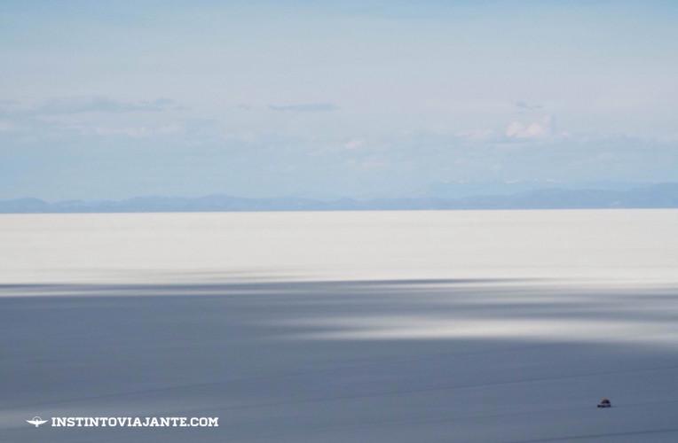 O deserto de sal: só pelo tamanho do jipe, à direita, vê-se a imponência do Salar de Uyuni, na Bolívia.
