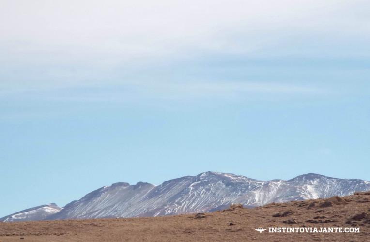 Há diversas montanhas vistas do Salar de Uyuni que fazem parte do Chile. A proximidade entre os países possibilita ir do Salar de Uyuni para o Atacama direto.