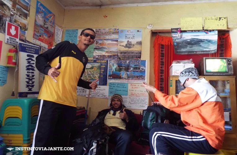 Nós na Expediciones Sajama Tours, agência de viagens que fechamos o tour pelo Salar de Uyuni.