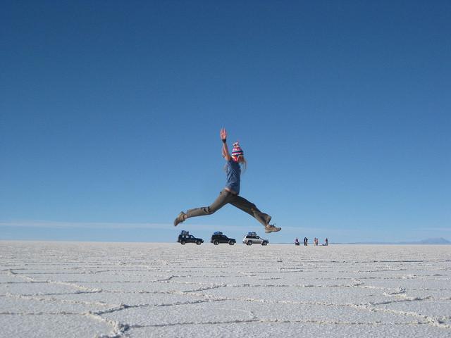 Foto com ilusão de ótica no deserto de sal. Foto: girovagate.com.