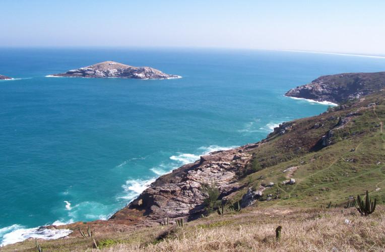 Ilha do Francês vista do morro do Pontal do Atalaia, em Arraial do Cabo, RJ