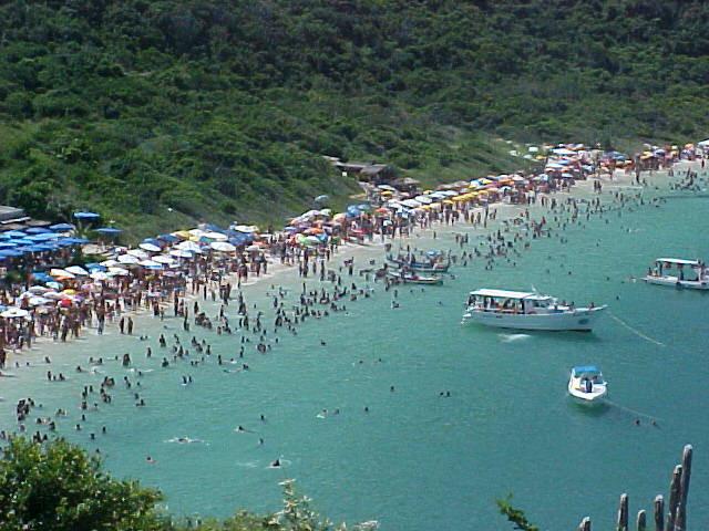 Praia do Forno lotada na alta temporada