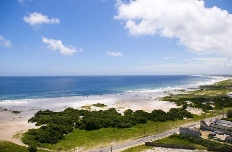 Praia Grande, em Arraial do Cabo, vista do Mirante da Boa Vista. Foto: Panoramio / Rodrigo Becker.