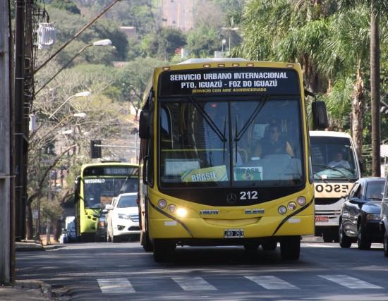 Ônibus de Foz do Iguaçu para Puerto Iguazú, Argentina.