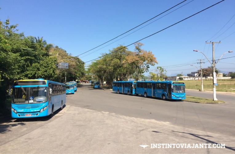 Ônibus parados na Praça Silva Jardim, em Itaipu - ponto final dos ônibus e onde você deve saltar para começar a trilha do Morro das Andorinhas.