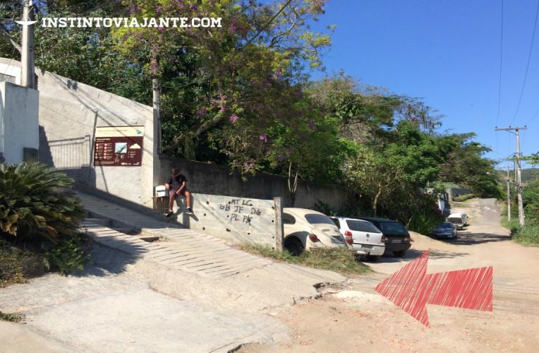 Entrada da trilha do Morro das Andorinhas, à esquerda.