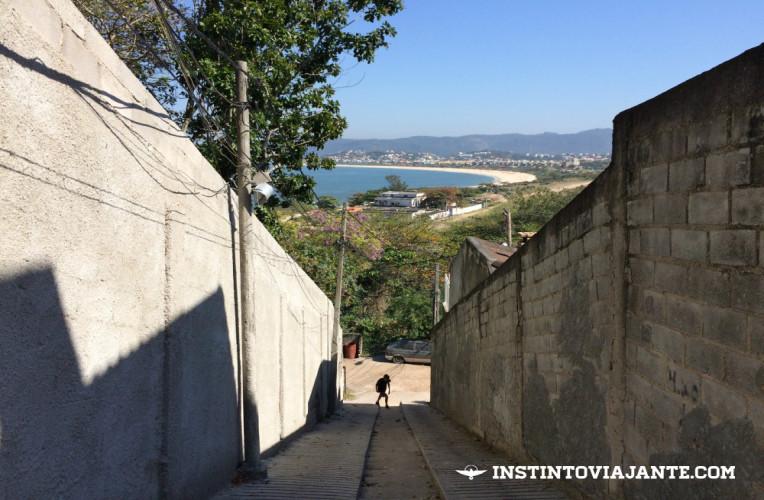Escadaria no início da trilha. Olhe pra trás para ter um aperitivo dos mirantes - vista para as praias de Itaipu e Camboinhas.