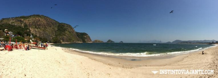 Panorâmica da praia de Itaipu, Niterói - A montanha à esquerda é o Morro das Andorinhas, o que subimos na trilha.