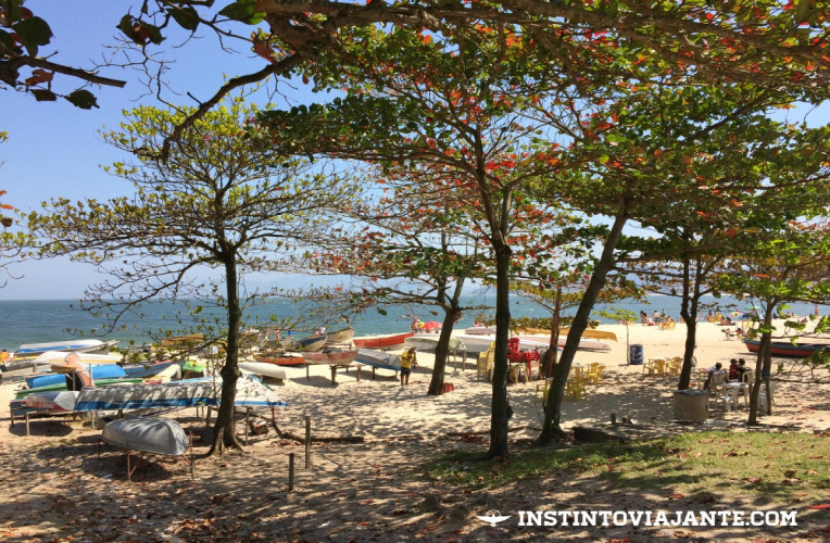 Sombras e barcos na praia de Itaipu, Niterói-RJ.