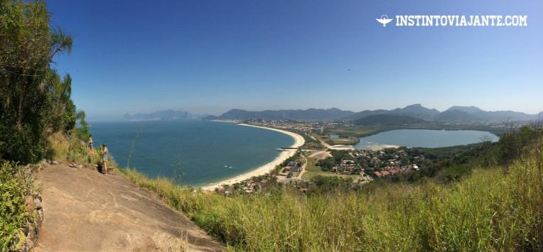 Mirante 2: lagoa de Itaipu (à direita), a praia de Itaipu, seguida por Camboinhas e Piratininga mais ao fundo. Um pouco mais distantes estão as montanhas do Rio de Janeiro, com destaque para o Pão-de-açúcar e a Pedra da