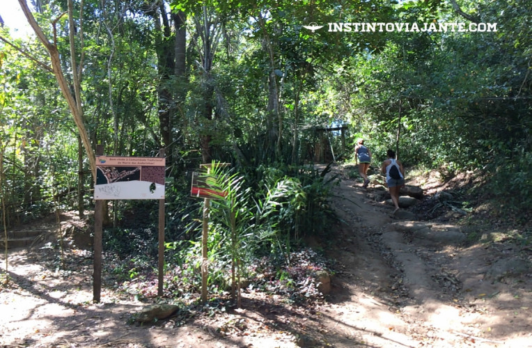 Placa da Comunidade Tradicional do Morro das Andorinhas - siga pela direita.