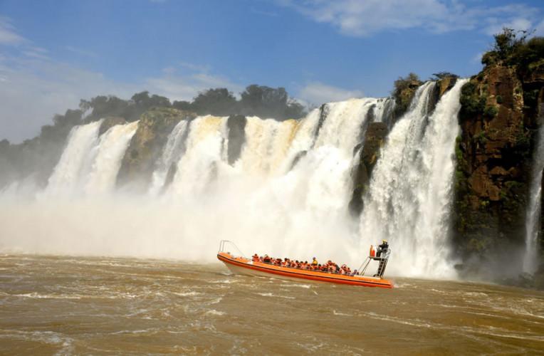 Aventura Nautica: o passeio de barco nas Cataratas do Iguaçu (lado argentino), com a Iguazu Jungle. Foto: iguazujungle.com.