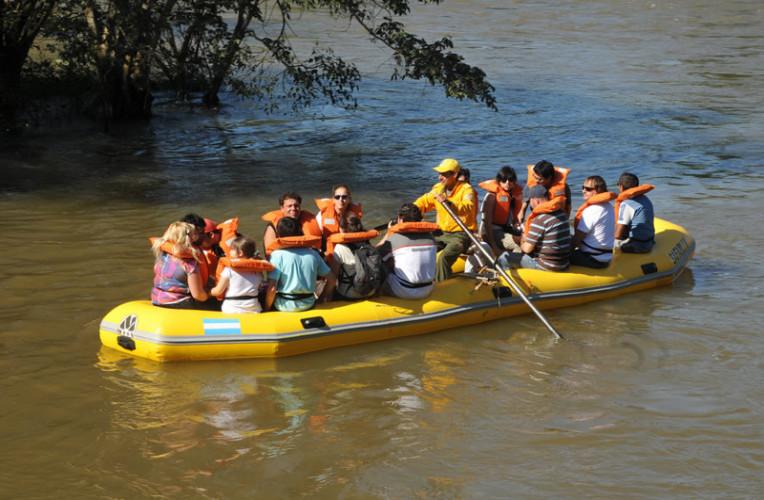 O Paseo Ecologico é um passeio tranquilo em bote inflável pelo rio iguazú (lado argentino). Foto: iguazujungle.com.