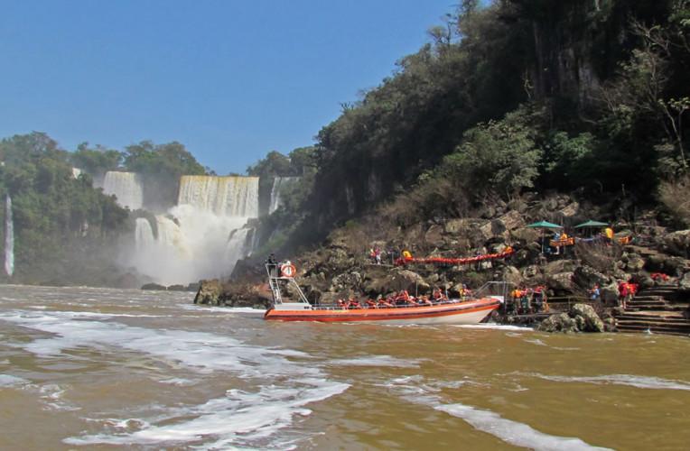 Píer em frente à Isla San Martín, no Circuito Inferior, de onde saem os barcos. Foto: iguazujungle.com.