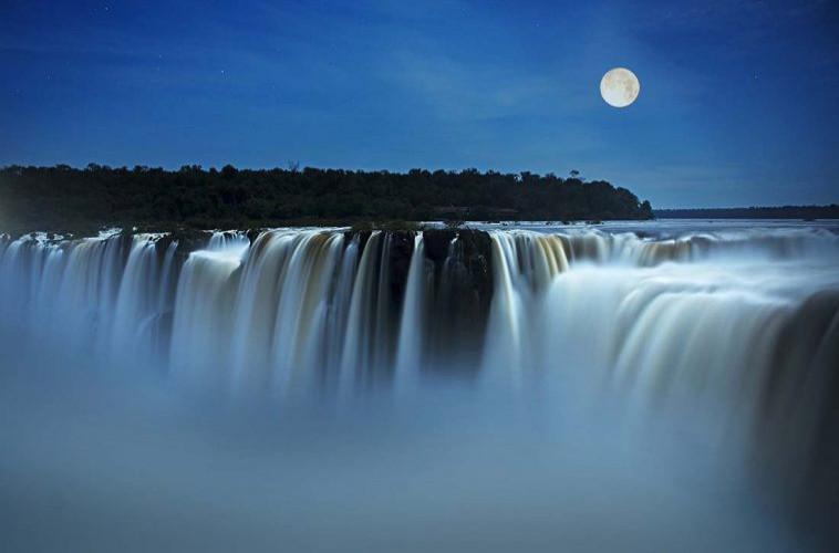 Garganta do Diabo, Cataratas argentinas, em noite de lua cheia. Foto: iguazuargentina.com.