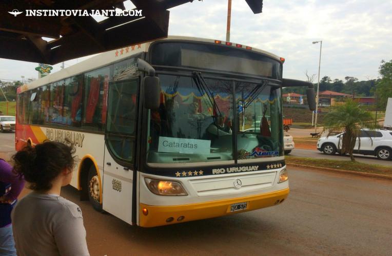 Ônibus do lado argentino - Veja a seguir como chegar nas Cataratas argentinas de ônibus por conta própria.