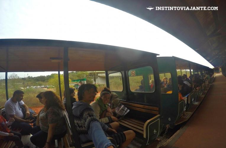 Trens conduzem turistas no lado argentino das Cataratas do Iguaçu