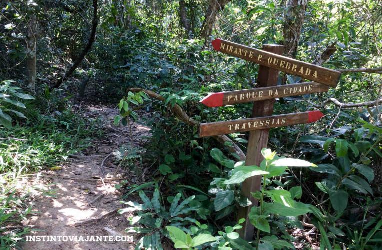 Placas indicando a entrada do Mirante da Pedra Quebrada
