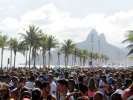 Blocos de carnaval na praia de Ipanema, Rio de Janeiro