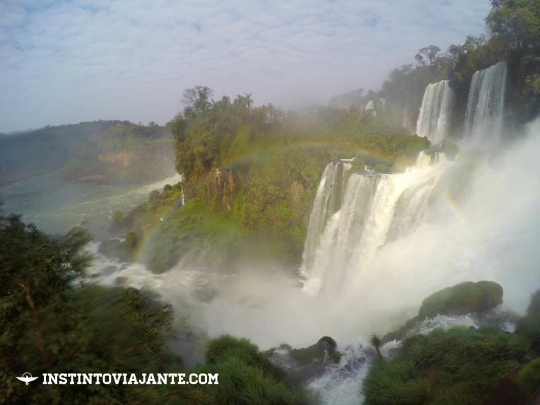 Lindo arco-íris Cataratas argentinas Puerto Iguazú