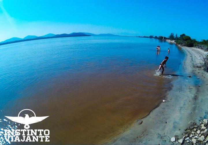 Crianças brincando no Mar Pequeno, braço do mar que beira parte da Ilha Comprida/SP