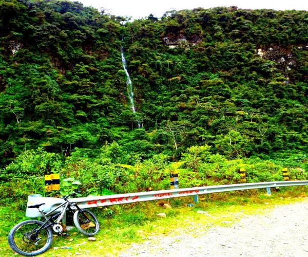 Cachoeira na Estrada da Morte da Bolívia
