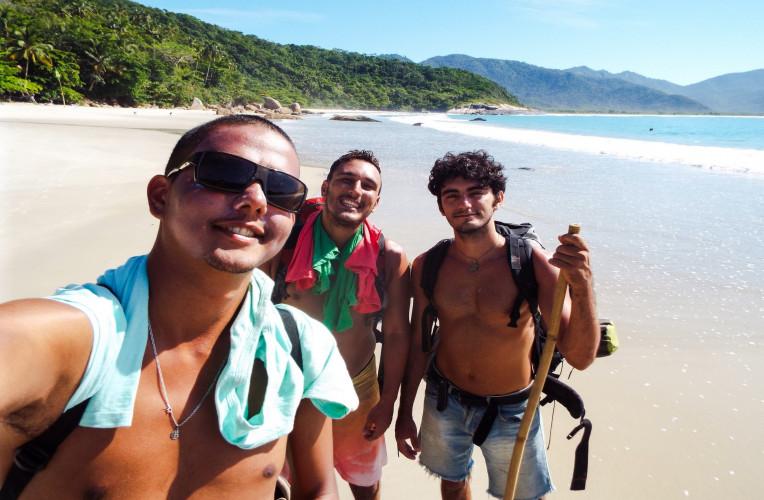 Com o Felipe e o Rodrigo, em Aventureiro, Ilha Grande/RJ