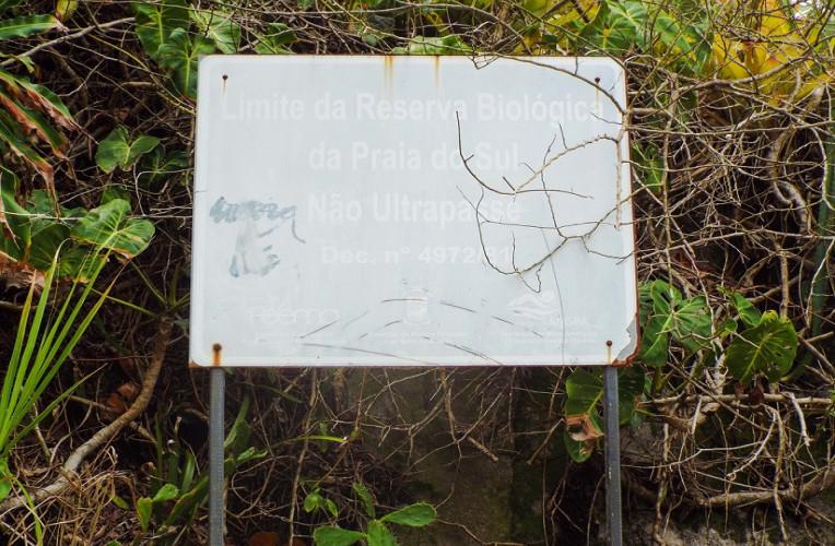 Placa do limite da Reserva Biológica da Praia de Sul, em Ilha Grande