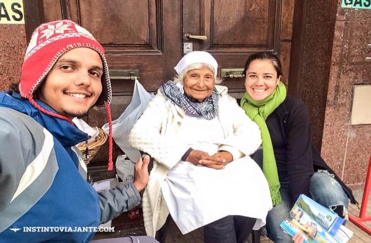 Bernardo e Isabela com a tia da empanada mais famosa de Tucuman