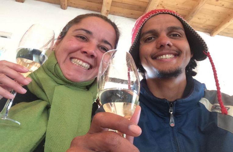 Bernarndo e Isabelo tomando um bom vinho argentino e barato