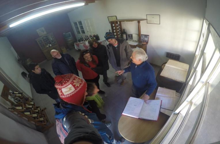 Escutando a aula do Carmelo Patti, uma lenda do vinho em Mendoza - Instinto Viajante